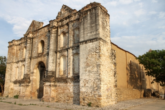 A view from the side of the west front of the Iglesia de San Sebastián, Chiapa de Corzo, Mexico, / Kaxita @ Wikipedia