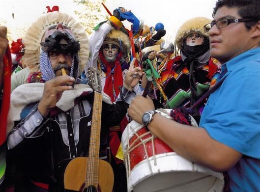 The Patrón Guadalupe Rubisel Gomez Nigenda leading the Parachicos while playing a pito ('whistle') and accompanied by the drummer, Chiapa de Corzo, Mexico / © 2009 Coordinación Ejecutiva para la conmemoración del Bicentenario de la Independencia Nacional y del Centenario de la Revolución Mexicana del Estado de Chiapas @ UNESCO Archive
