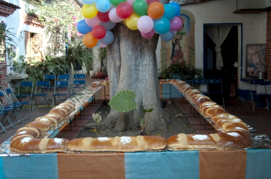 A large home-made Rosca de Reyes in the courtyard of a house on the Calle de Porfirio Diáz, Oaxaca, Mexico / Andreja Brulc